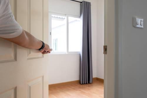 Un homme ouvre une porte imperméable aux sons