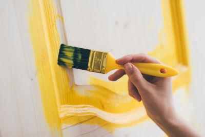 Peindre une porte intérieure en bois